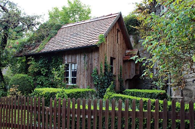 capanna di legno vecchio, casetta da giardino, romantica